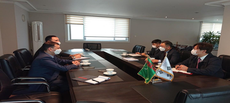 인하대학교 관계자들과 회의
